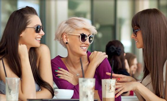 chicas en el café