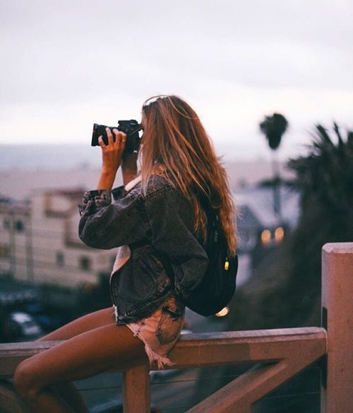 chica observando su ciudad