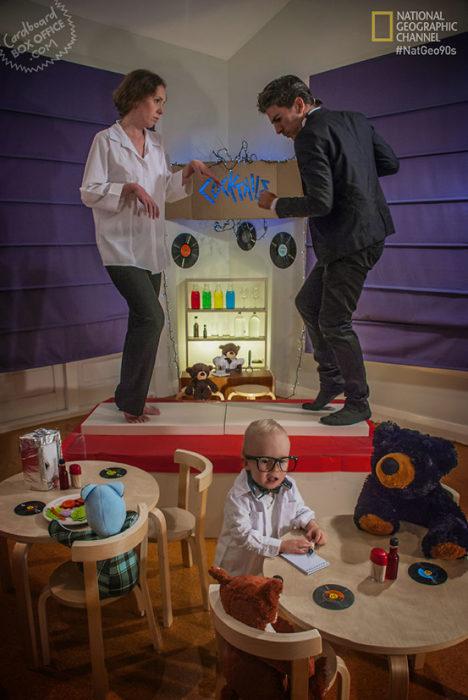 Padres recrean fotos de series y películas con cajas de cartón