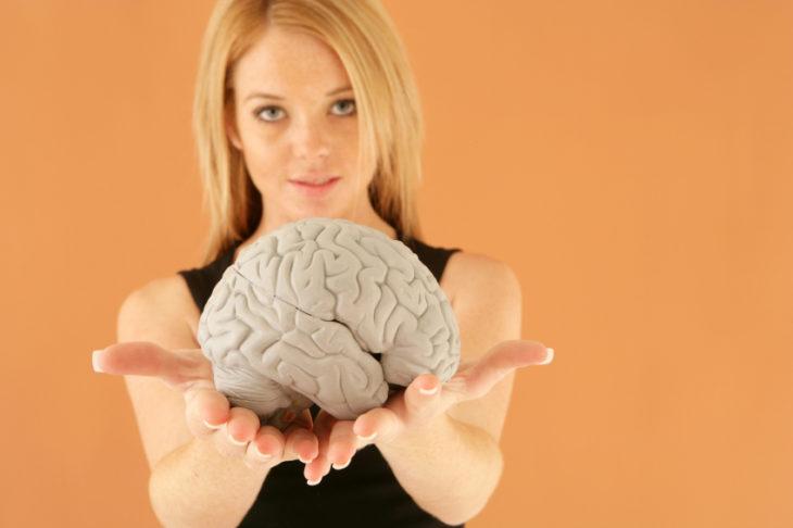 mujer rubia con cerebro en sus manos
