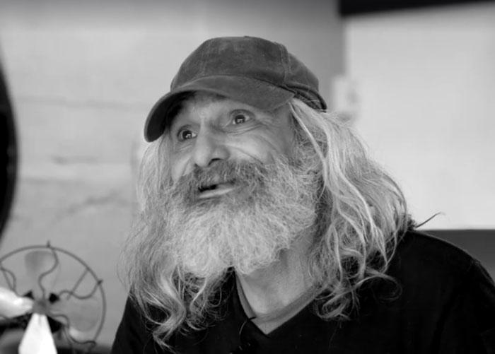 Hombre sin hogar que tiene 25 años en las calles