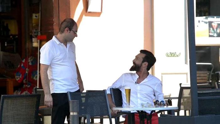 HOmbre sin hogar bebiendo cerveza