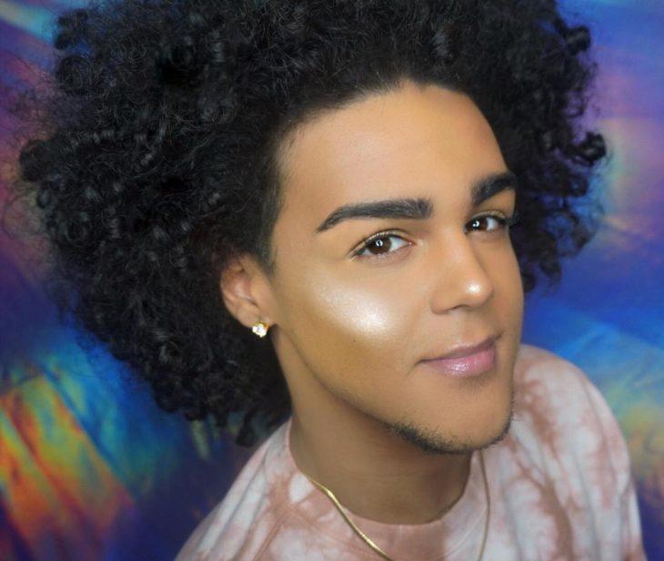 Chico que se maquilla con iluminador