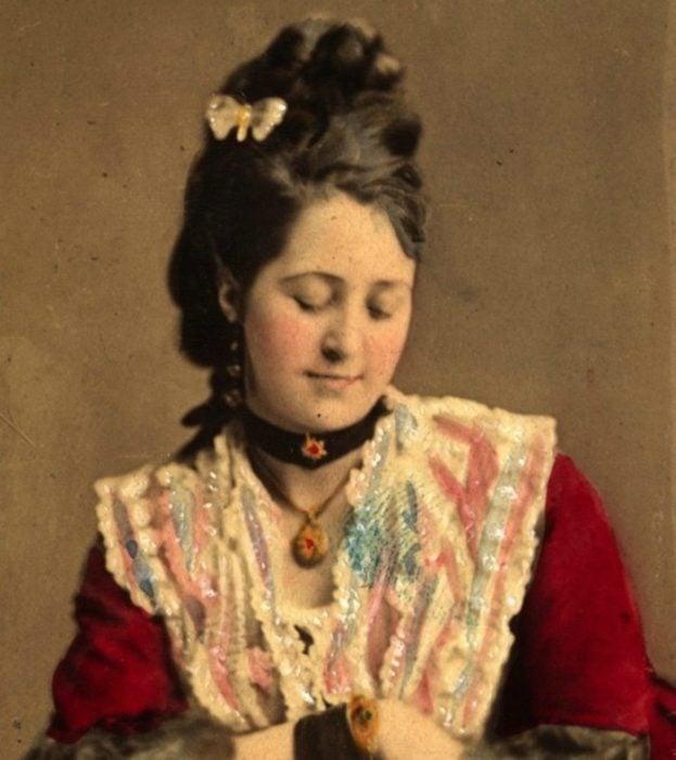 pintura de mujer con choker