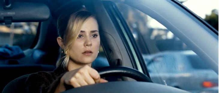 mujer manejando tráfico