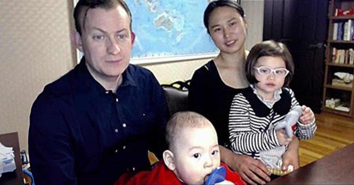 Robert Kelly aparece junto a su familia explicando el divertido suceso que vivió