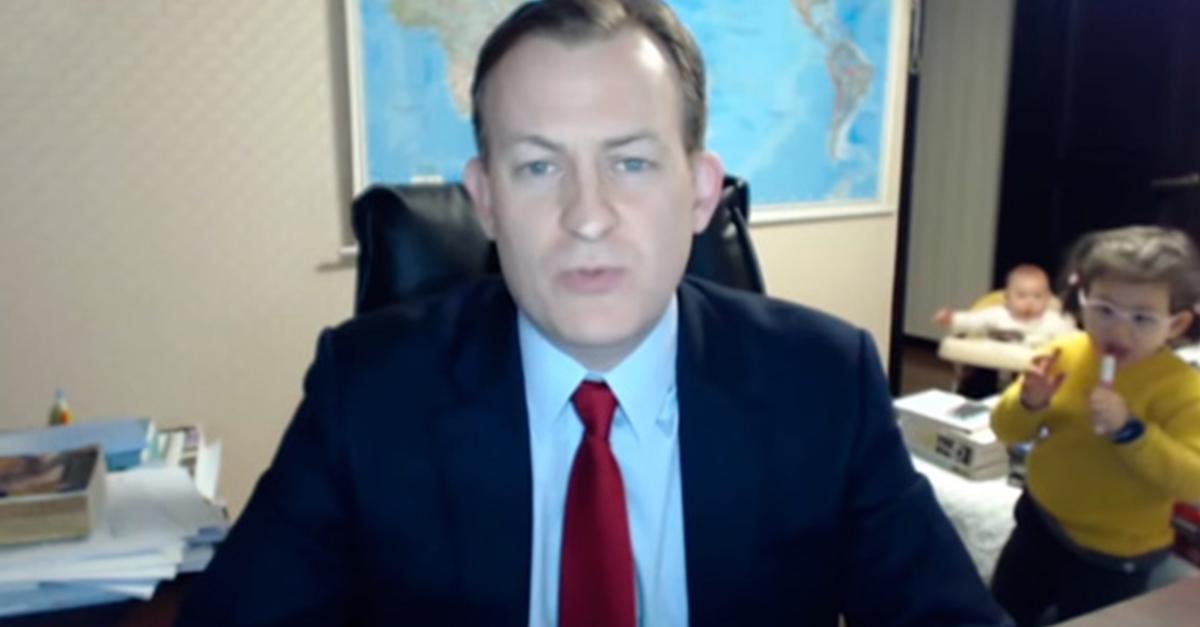 Incómodo momento en que dos pequeños interrumpen la entrevista en vivo de su papá