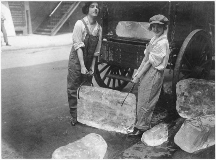 chicas cargando hielo