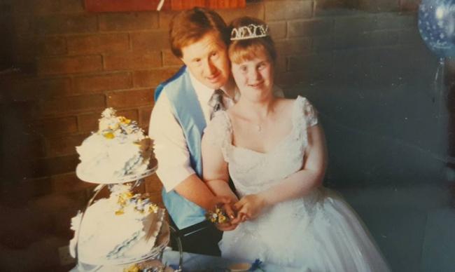 Pareja con Síndrome de Down el día de su boda hace 22 años