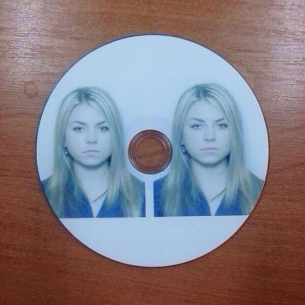CD con la imagen de dos chicas