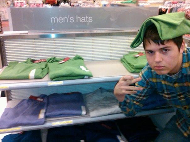Chico con una camisa sobre la cabeza