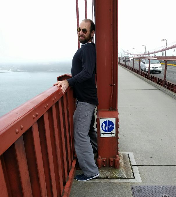 hombre pasando por en medio de dos plataformas