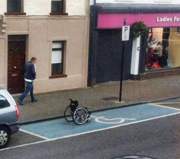 Silla de ruedas estacionaa en un lugar de discapacitados