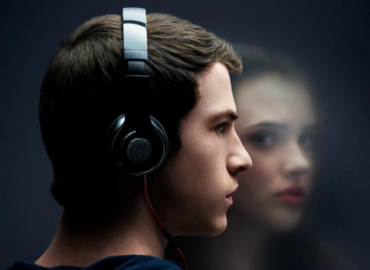 hombre con audífonos y chica en el reflejo