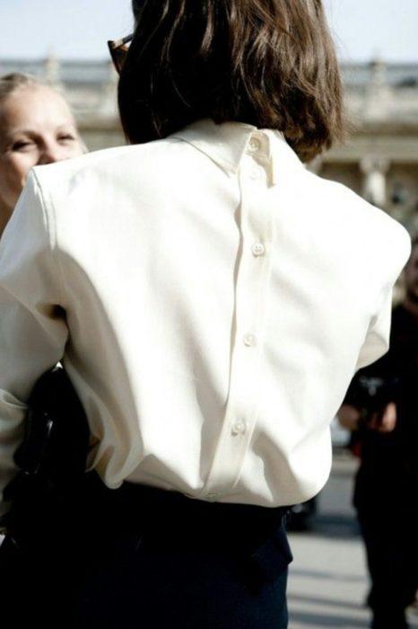 chica con blusa al reves