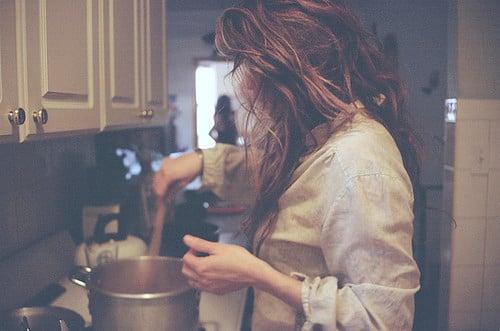chica preparando de comer