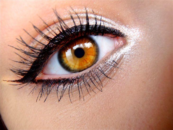 Chica usando sombras blancas en los ojos