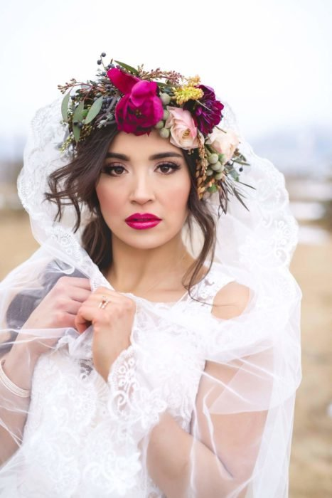 Novia con un maquillaje ligero y tonos rosas en sus labios