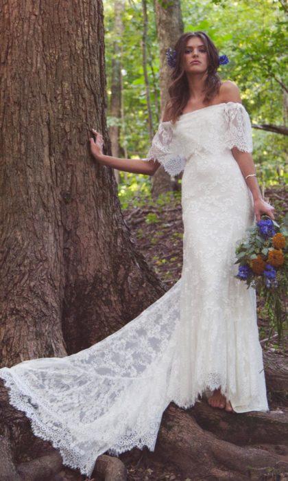 Novia mostrando sus hombros en el vestido de novia