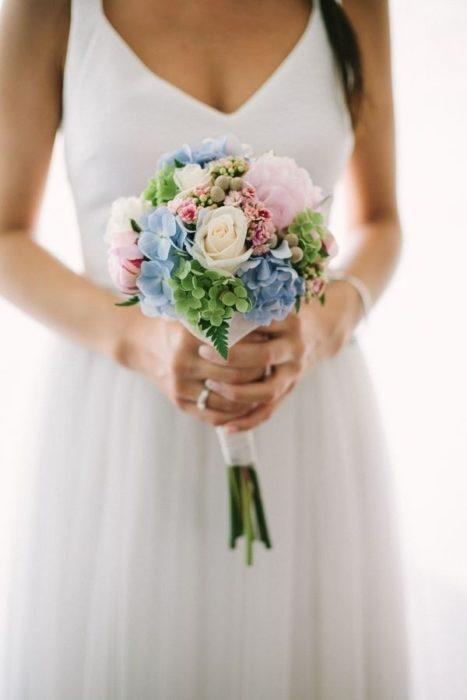 Novia usando un ramo de novia pequeño