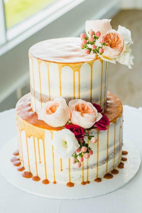 Pastel de bodas con una cascada de dulce