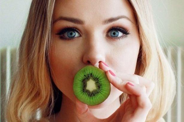 chica comiendo fruta