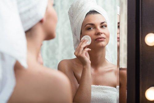 chica limpiando su rostro