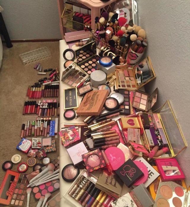 Chica adicta al maquillaje