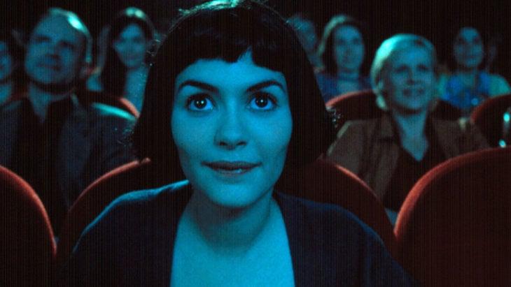 mujer sentada en el cine