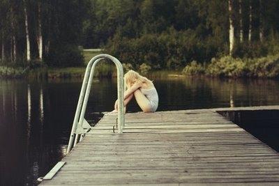 chica con depresión y ansiedad en el muelle