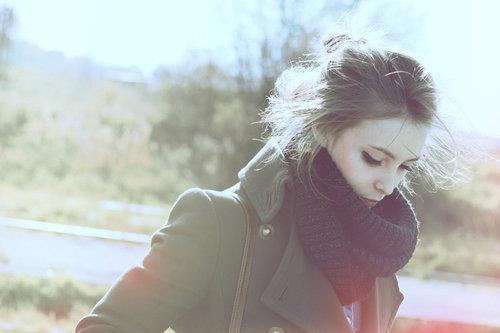 chica con ansiedad y depresión caminando bufanda azul