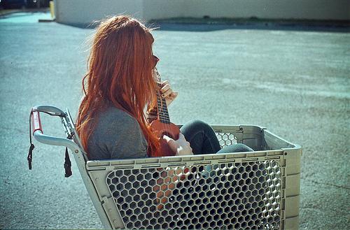 chica con ansiedad y depresión en carrito