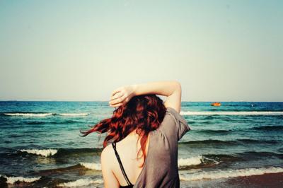 chica con ansiedad y depresión en el mar