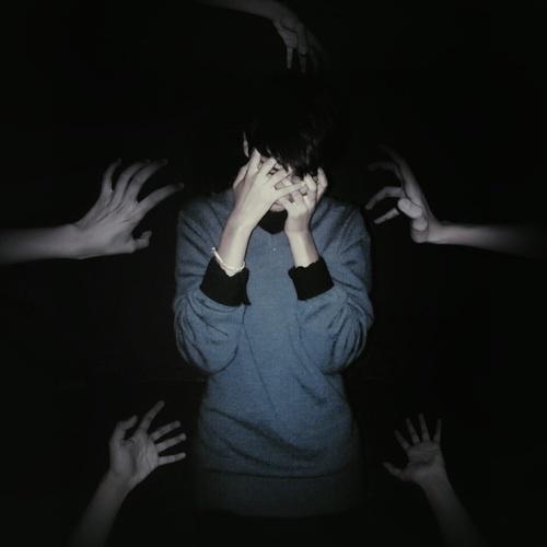 chico con ansiedad y depresión muchas manos