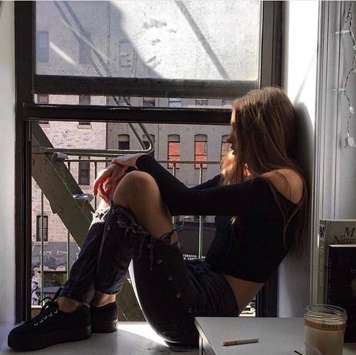chica con ansiedad y depresión frente a la ventana