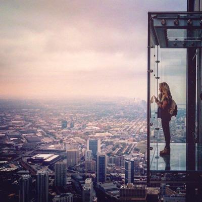 chica con ansiedad y depresión en un elevador