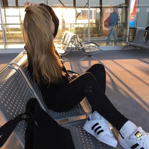 chica con ansiedad y depresión sobre una banca