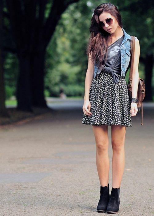 chica con vestido y chaleco de mezclilla