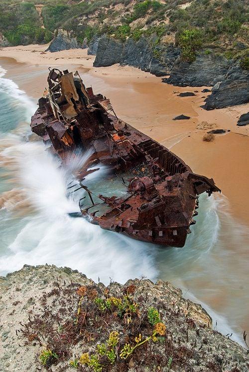 barco hundido en vilanova de milfontes, portugal