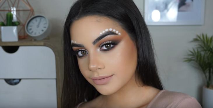 mujer morena con maquillaje y puntos blancos