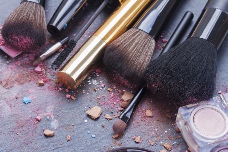 brochas de maquillaje sucias
