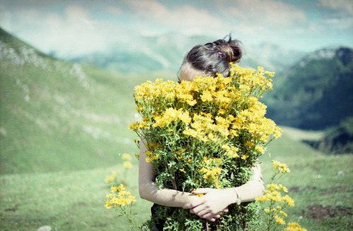 chica abrazando flores