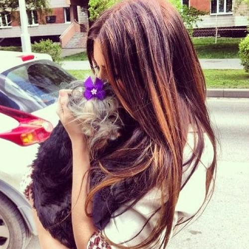 chica ama a su perro