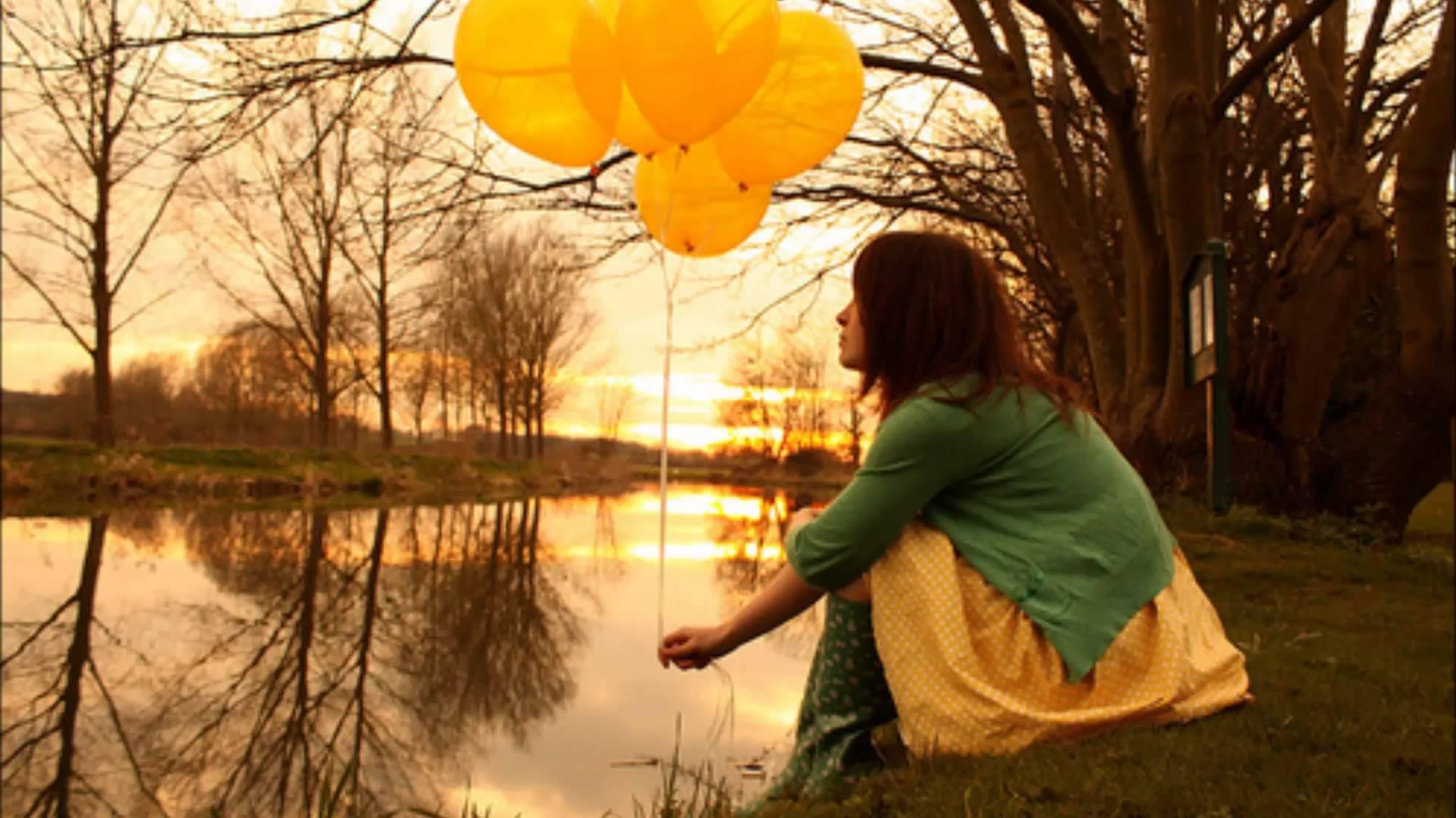 chica con globos amarillos