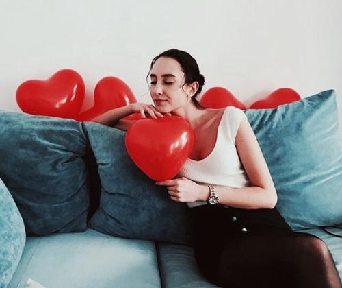 chica con globos de corazón