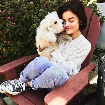 chica con perrito en la silla