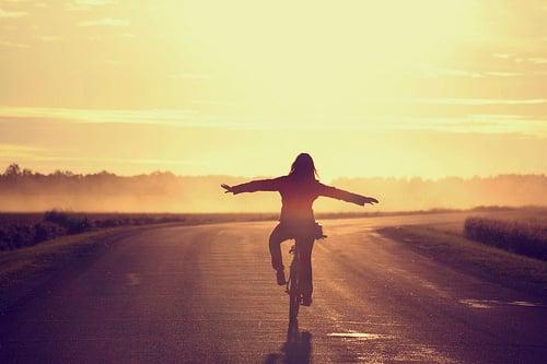 chica en bicicleta en la carretera