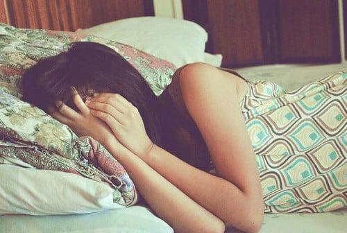 chica en cama primer día de regla