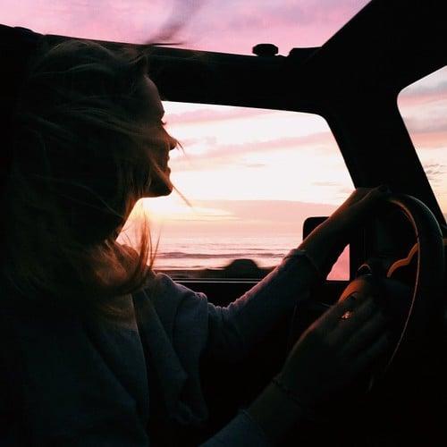 chica feliz conduciendo
