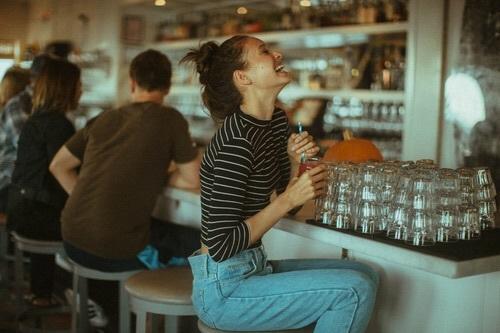 chica feliz en un bar